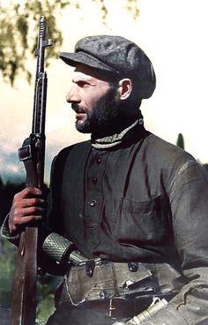 Portrait d'un groupe de guérilla soviétique soldat Sobolev avec un fusil SVT-40.