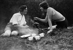 IlPost - Tè all'aperto - Due donne prendono il tè all'aperto durante una vacanza in Galles, 4 settembre 1931. (Fox Photos/Getty Images)
