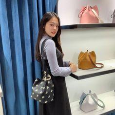"""한성민 on Instagram: """"#광고 트웬티트웬티 종영기념 다희 가방 소개 시간!! 다희와 마지막으로 함께할 수 있는 시간 같이 해주실거죠?? 오늘 밤 10시…"""" Web Drama, The Twenties, Bucket Bag, Korea, Twenty Twenty, Bags, Fashion, Handbags, Moda"""