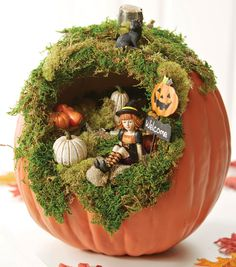 35 Most Creative DIY Halloween Fairy Garden Design Ideas Diy Halloween, Deco Porte Halloween, Halloween Projects, Halloween Pumpkins, Halloween Diorama, Halloween 2017, Fake Pumpkins, Diy Projects, Halloween Decorations To Make