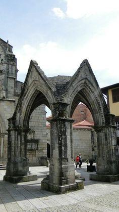 Guimarães, o berço de Portugal   via Viaggiando 04.03.2014   A cidade soube preservar o seu passado memorável e seu Centro Histórico é considerado Património Cultural da Humanidade pela UNESCO.  Foto: Padrão do Salado