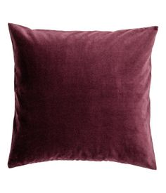 Burgundy. Cushion cover in cotton velvet with a concealed zip.
