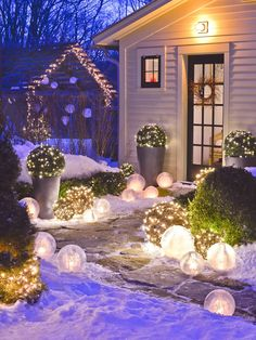 Illuminer l'entrée extérieure de sa maison avec de jolies boules lumineuses