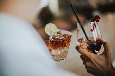 Zusammenkommen und nette Gesellschaft in stimmungsvollem und gemütlichem Ambiente genießen. Das neue Package ermöglicht das zum Kennenlernpreis. Alcoholic Drinks, Wine, Bar, Glass, Getting To Know, Alcoholic Beverages, Drinkware, Liquor, Yuri