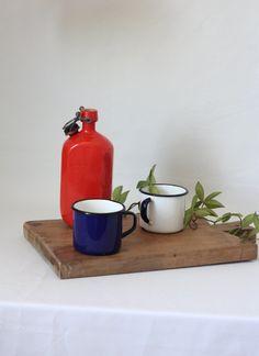 Deux tasses en métal émaillé blanc et bleu / Set de camping vintage emaillé / Vie au grand air / 1960