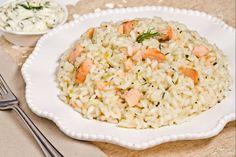 Il risotto al salmone è un primo piatto dal gusto delicato aromatizzato con il burro alle erbe.