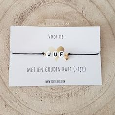 Wens armbandje Juf (goud) All That Glitters, Place Card Holders, Cards, Desk, Map, Playing Cards, Maps