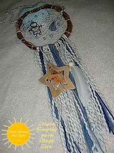 Caçador de sonhos para menino. Em lã, madeira e com coração em tecido e pendente giga de menino. Janeiro de 2016