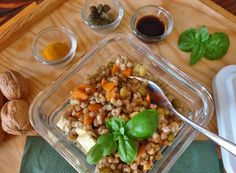L'insalata di grano saraceno con tofu e verdure è un piatto estivoe sano adatto soprattutto alla pausa pranzo. Ci fornisce energie senza appesantirci.