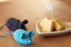 These cheeky mice make the perfect tiny toy for your cat. I stuffed them with polyester filling as mine tend to keep their toys in one piece. If you have a destroyer in your home, you might want to consider natural stuffing like hay for example. Quick Crochet, All Free Crochet, Crochet For Kids, Easy Amigurumi Pattern, Crochet Cat Pattern, Scrap Yarn Crochet, Crochet Toys, Knit Crochet, Diy Cat Toys