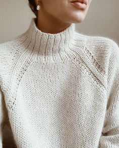 This pattern is in english // denne opskrift er på engelsk. sweater no. 9 is a heavy knit sweater with classic raglan sleeves and a high neck. Sweater Knitting Patterns, Knit Patterns, Free Knitting, Knitting Sweaters, Vogue Knitting, Loose Knit Sweaters, Knitting Machine, Vintage Knitting, Loom Knitting