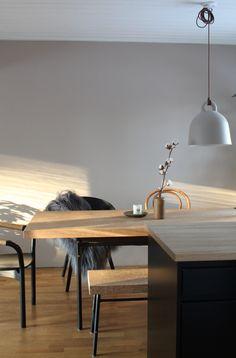 pehmeän sävyinen ruokailutila Decor, Furniture, Interior, Dining, Dining Table, Apartment, Table, Home Decor