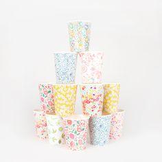 Des gobelets à motifs pour une déco de table de fête ou d'anniversaire.