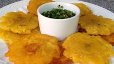Cómo hacer Tostones o Patacones de plátano verde- Cocinando con Pamela Mojo Cubano, Traditional Colombian Food, Drinking Around The World, American Food, Cornbread, Nom Nom, Food And Drink, Appetizers, Yummy Food