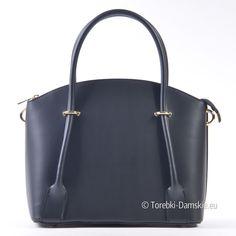Wyjątkowy kuferek w kolorze czarnym, efektowna torebka damska produkcji włoskiej. Nowoczesny design, najwyższa jakość. Torebka ma wymiary 37x27 cm, jest więc średniej wielkości modelem, który sprawdzi się zarówno jako torebka wizytowa jak i funkcjonalny, nietuzinkowy kuferek