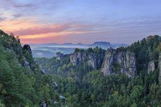 Blick auf die Bastei und den Lilienstein, den wohl schönsten Tafelberg des Elbsandsteingebirges
