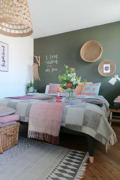 Heerlijke knusse slaapkamer. Mooie wollen deken met blokken, eer groot formaat deken die makkelijk over je tweepersoonsbed past. Neutrale kleur grijs die je, zoals je ziet met veel kleuren kunt combineren. De wollen deken is van het Deense merk Silkeborg Uldspinderi en is gemaakt van Scandinavische wol. Pink Bedrooms, Light Pink Bedrooms, Bedroom Design, Olive Green Bedrooms, Home Decor, Store Design Interior, Soft Green Bedroom, Room Decor Bedroom, Bedroom Colors