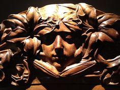 Rostro tallado en madera en mueble Art Nouveau