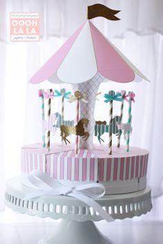 Einführung in das Karussell gefallen Box Herzstück eingestellt!  Wie wäre es mit einer Party die Gunst direkt aus Ihr Mittelstück Formeinsatzes? Oder eine fabelhafte Brennpunkt Ihrer Dessert-Tabelle? Unabhängig davon, was Sie dafür verwenden ist es sicher zu beeindrucken!  Schönen versiegelten Goldglitter, Licht/Petrol Streifen und Licht, die rosa Streifen für die Merry Go Round Pferde verwendet werden. Das Vordach ist rosa, weiß mit Gold skizziert. Es gibt eine Option hinzufügen Strass ...