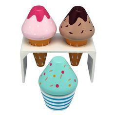 Lækre indbydende is i træ fra Image Toys. Sættet indeholder 2 isvafler, en is-holder samt en kop m. is. Toppen på de forskellige is kan skiftes ud, så der er ri