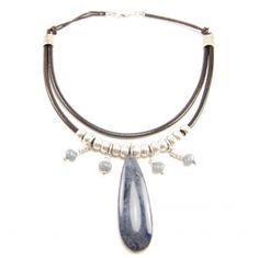Collar Indira en varios colores de resina y cuero. Ideal para salir por la noche. Diseñado por Fills M. Sala y disponible en www.fillsmsala.es.