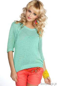 Świetny sweterek damski. Dekolt okrągły. Rękaw o długości 3/4. Tył wydłużony z efektownym rozcięciem na plecach. Luźny, swobodny #fason. Dzianinowe swetry są nie tylko miłe w dotyku i przyjemne w noszeniu, ale również stanowią modną propozycję na chłodniejsze dni. Produkt wyprodukowany w Polsce. Nie zwlekaj zamów już dziś! Skład: 50% akryl, 50% #bawelna.... #Swetry - http://bmsklep.pl/mikos-0507
