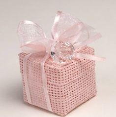 Detalles para bautizo. Cajita en rafia rosa con chupete transparente, 5 peladillas de chocolate, lazo organdí a tono y tarjeta personalizada. Medida de la caja: 4,5 cm