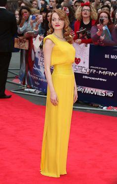Vestido amarelo contrastando com batom vermelho