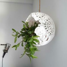 Make a lace lamp - DiyForYou- Vyrobte si lampu z krajek – DiyForYou Make a lace lamp – DiyForYou - Homemade Lighting, Doily Lamp, Diy Lace Lamp, Doilies Crafts, Deco Boheme, Diy Tops, Concrete Crafts, Concrete Pots, Diy Bottle