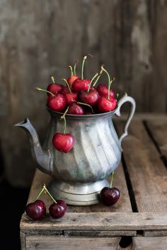 Cherries: my favorite fruit. Same as my dad - Obst Fruit Photography, Dark Photography, Still Life Photography, Fruit And Veg, Fruits And Veggies, Vegetables, Painting Still Life, Still Life Art, Fruits Photos
