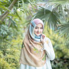Imej mungkin mengandungi: 1 orang, luaran Tutorial Hijab Wisuda, Hijab Tutorial, Stylish Hijab, Hijab Chic, Hijabi Girl, Girl Hijab, Most Beautiful Indian Actress, Muslim Girls, Beautiful Hijab