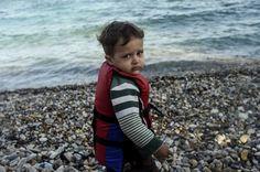 Uma criança numa praia turca à espera de viajar para a Grécia  Municípios com situações problemáticas poderão não acolher refugiados -