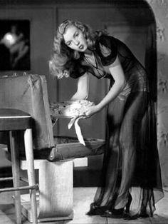 Marilyn Monroe poses for the calendar illustrator Earl Moran, famous pinup artist. February 1946