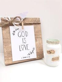 """""""God is love"""" kaartje staat op een steigerhouten houtblok. beide zijn te vinden op www.mousie.nl"""