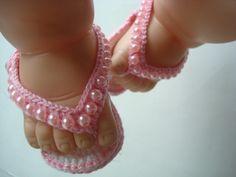 chinelinho feito a mao de croche. material;linha 100% algodao com fio metalizado[anne brilho] cor;rosa e branco. detalhe;perolas. tamanho;sola 8 cm. R$ 27,00