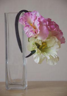 Čelenka s růžovobílým květem Čelenka se třemi bohatými květy Eustomy (Jícnovky) - 2 růžové a 1 bílý