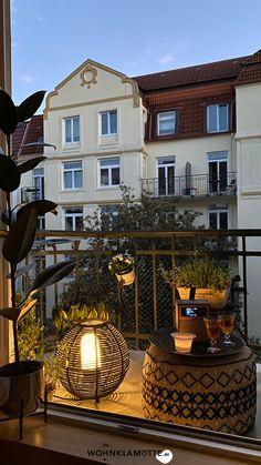An warmen Tagen ist der Balkon eine Erweiterung des Wohnzimmers. Genauso wie im Wohnbereich ist es die Beleuchtung, die den Raum und einzelne Bereiche in Szene setzt und für Gemütlichkeit sorgt. Wie das grundsätzlich funktioniert, liest Du hier. Style At Home, Solar Licht, Hygge, Mansions, House Styles, Home Decor, Balcony Lighting, Scene