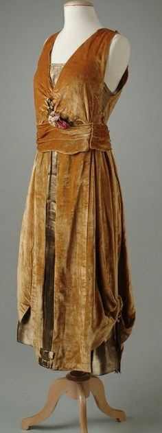 Gold velvet evening gown with a bodice, under-skirt and front panels of gold lame, 1921.