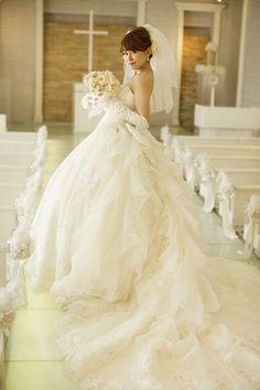 Lovin' the ruffly train. Fluffy Wedding Dress, How To Dress For A Wedding, Stunning Wedding Dresses, White Wedding Dresses, Wedding Dress Styles, One Shoulder Wedding Dress, Vestidos Vintage, Vintage Dresses, Bridal Gowns