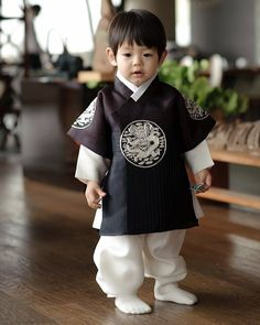 Little boy in hanbok Korean Traditional Clothes, Traditional Fashion, Traditional Dresses, Japanese Fashion, Asian Fashion, Kids Fashion, Korean Babies, Asian Babies, Korean Dress