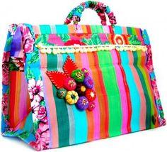 É, isso mesmo! Sabe aquela antiga sacola de feira de nylon listradinha? Ela pode ser customizada e ser usada pra ir no mercado, na praia, ...