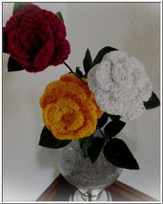 Strickparadies - Rosentraum für die Vase.  Wunderschöne Häkelrose in Wunschfarbe. Sehr schönes Geschenk für Muttertag oder zuhause als Deko. Das Preis bezieht sich nach eine Rose(keine Deko).Die Rose kommt mit Kunstoff Stiel und Blätter.   Größe: ca. 10cm-12cm.  Die Rose aus Baumwolle