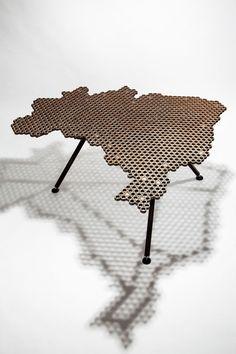 Leo Capote Mesa Brasil. uso de materiais incomuns e arbitrários como porcas e parafusos