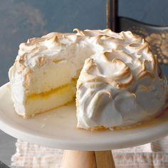 I've been told that this dessert tastes exactly like a lemon meringue pie and that it's the best angel food cake anyone could ask for. I'm not sure about all of that, but it is delightful to serve, and each slice is virtually fat free. —Sharon Kurtz, Emmaus, Pennsylvania Mini Lemon Meringue Pies, Lemon Meringue Cheesecake, Meringue Frosting, Best Meringue Recipe, Mary Berry, Angel Cake, Angel Food Cake, Aquafaba, Lemon Desserts