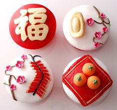 Chinese New Year Cupcakes designs are the fun part of the Chinese New Year. Celebrate the Snake Year with Chinese New Year Cupcake Designs for New Year's Cupcakes, Cupcake Cookies, Decorated Cupcakes, Fondant Cupcakes, Themed Cupcakes, Mademoiselle Cupcake, Chinese Party, Chinese Food, Chinese Desserts