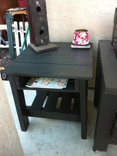 12 DIY Pallet Side Tables / End Tables | 101 Pallets I would like a taller one so there would be two baskets used to store stuff.