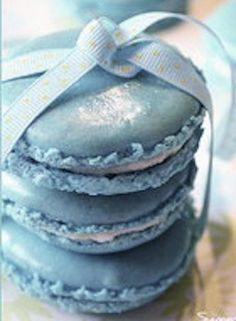 Blue Macaroons, what a wonderful wedding favour....