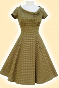 I love the vintage look of this dress!