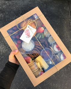 Use a clear top cake box to bring or gift snacks Food Platters, Cheese Platters, Homemade Gifts, Diy Gifts, Graze Box, Catering, Picnic Box, Grazing Tables, Food Packaging Design
