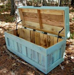 Recycled Pallets into a trunk ~ I'd get cedar myself n line the inside w cedar a voila you'd hve a cedar chest for pennies....to store quilts ,children's outgrown keepsakes ,family heirlooms etc just love ♡♡♡